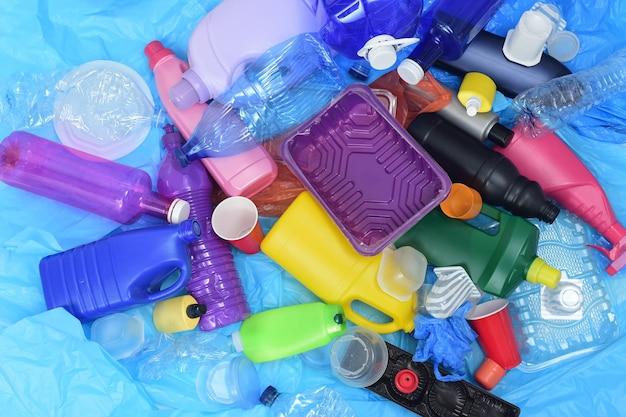Vue de dessus d'un groupe de contenants en plastique sur des sacs en plastique bleus