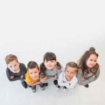 Vue de dessus groupe d'enfants posant ensemble