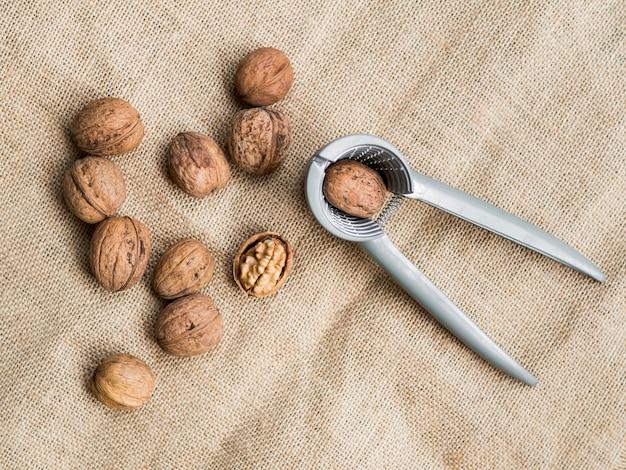 Vue de dessus groupe de noix avec casse-noix