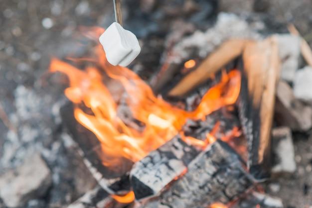 Vue de dessus guimauve sur flammes de feu de joie