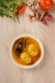 Vue de dessus de gulai telur ou d'œufs servis avec une sauce au curry gulai telur est une cuisine traditionnelle d'indonésie de padang west sumatera
