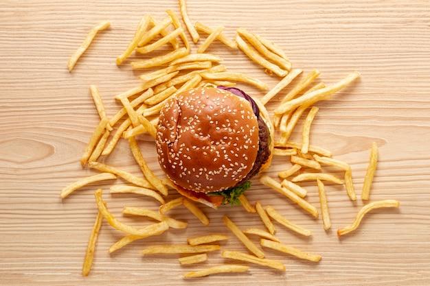 Vue de dessus avec un hamburger et des frites