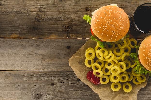 Vue de dessus des hamburgers aux anneaux d'oignons frits