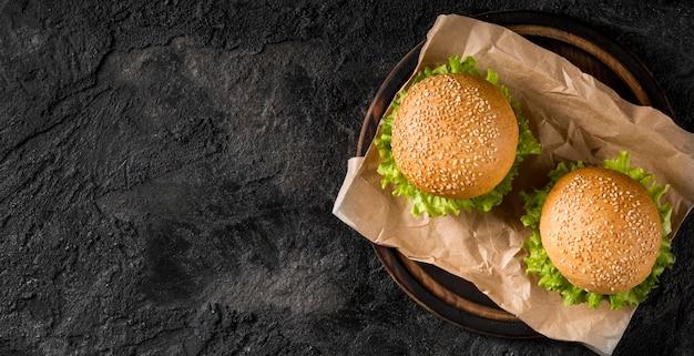Vue de dessus des hamburgers avec copie-espace