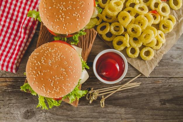 Vue de dessus des hamburgers et de délicieuses anneaux d'oignons frits