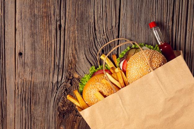 Vue de dessus des hamburgers avec des frites dans un sac