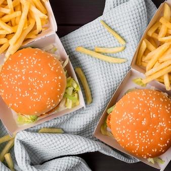 Vue de dessus des hamburgers de poulet frit avec frites
