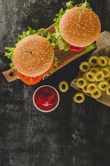 Vue de dessus des hamburgers savoureux et des anneaux d'oignons frits