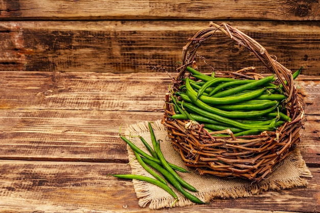 Vue de dessus haricots verts dans un panier en osier