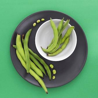 Vue de dessus des haricots verts frais sur la table