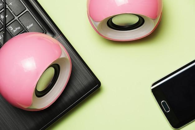 Vue de dessus des haut-parleurs à côté du téléphone et de l'ordinateur portable