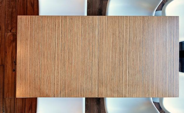 Vue de dessus d'en haut sur une table en bois de bureau vide