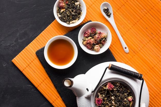 Vue de dessus d'herbe de thé rose sec sur un napperon