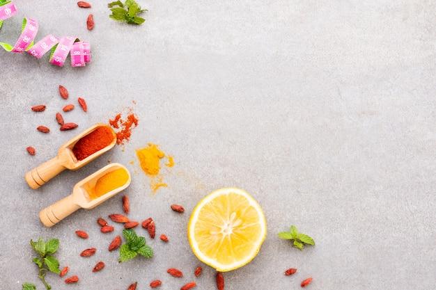 Vue De Dessus Des Herbes Et épices Aromatiques Avec Espace Copie Photo gratuit