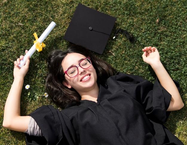 Vue de dessus heureuse jeune femme à la cérémonie de remise des diplômes