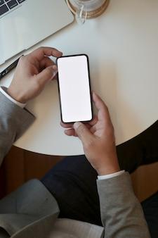 Vue dessus, de, homme affaires, tenue, smartphone écran vide, alors, travailler, à, son, projet
