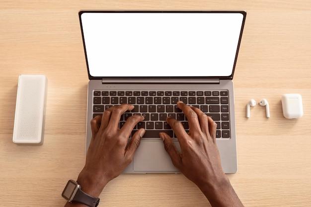 Vue de dessus homme à l'aide de son ordinateur portable