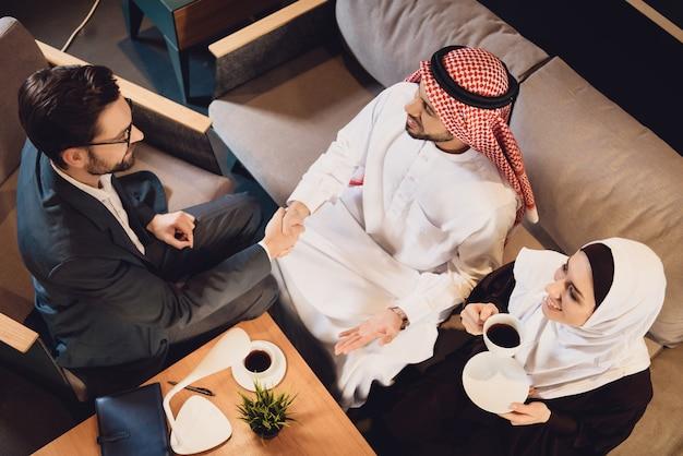 Vue de dessus. un homme arabe serre la main