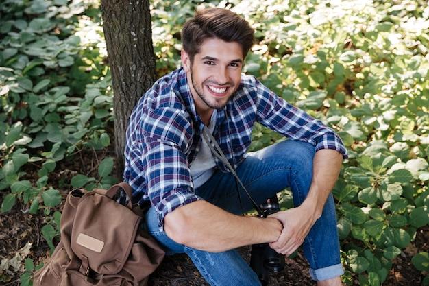 Vue de dessus de l'homme assis dans la forêt