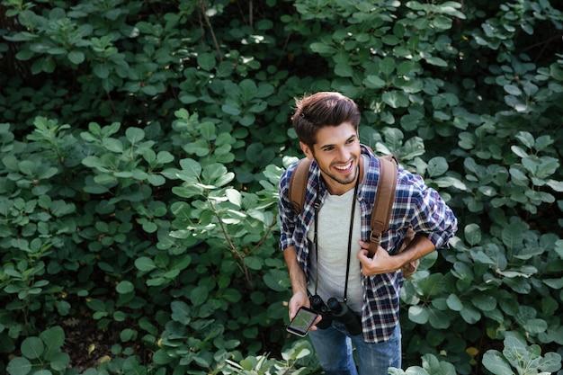 Vue de dessus de l'homme en forêt