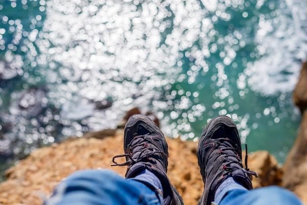 Vue dessus, homme, jambes, mer