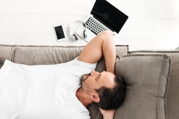 Vue de dessus d'un homme mature décontracté endormi