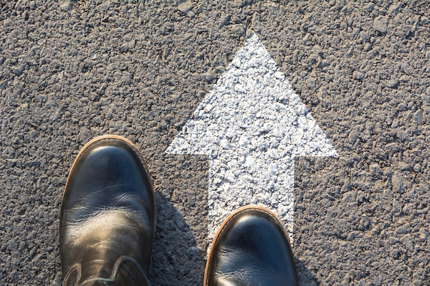Vue dessus, de, homme, porter, chaussures noires, choisir, manière, marqué, par, flèches blanches