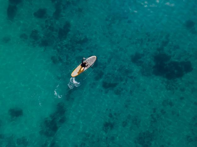 Vue de dessus homme surf avec belle vue