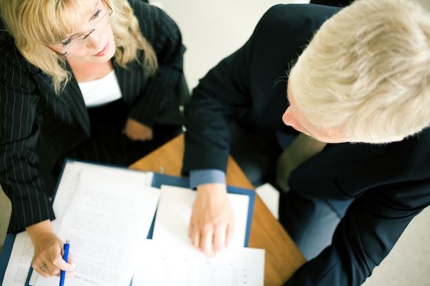 Vue de dessus des hommes d'affaires lors d'une réunion