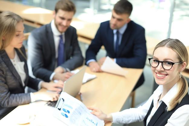 Vue de dessus des hommes d'affaires travaillant ensemble tout en passant du temps au bureau.