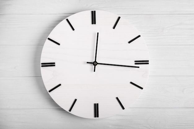 Vue de dessus d'horloge en bois avec des mains de montre, notion de temps sans heure