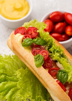Vue de dessus hot-dog aux légumes