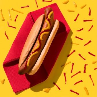 Vue de dessus de hot-dog et ketchup
