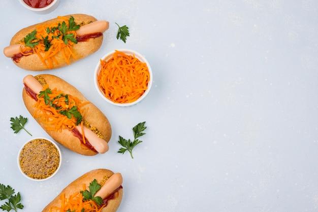 Vue de dessus des hot-dogs et des carottes avec copie-espace