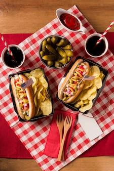 Vue de dessus des hot-dogs avec chips et cornichons