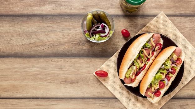 Vue de dessus avec hot-dogs et copie