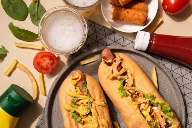 Vue de dessus des hot-dogs à la moutarde et au ketchup