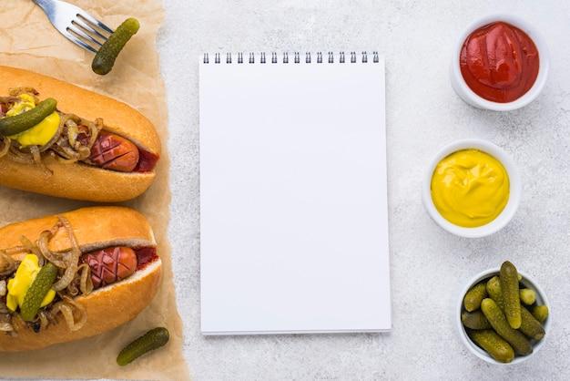 Vue de dessus des hot-dogs avec moutarde et cornichons
