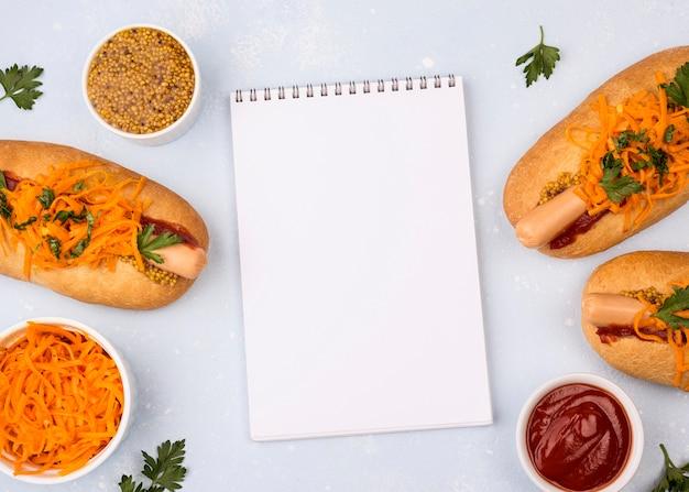 Vue de dessus des hot-dogs avec ordinateur portable