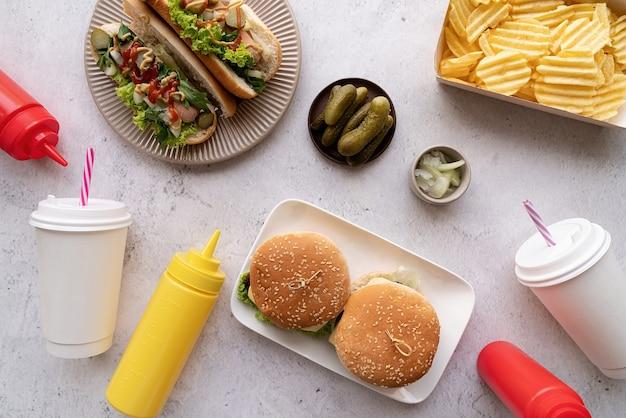 Vue de dessus des hot-dogs de restauration rapide, des hamburgers et des boissons
