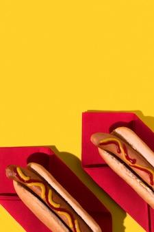 Vue de dessus hot-dogs sur les serviettes rouges copiez l'espace