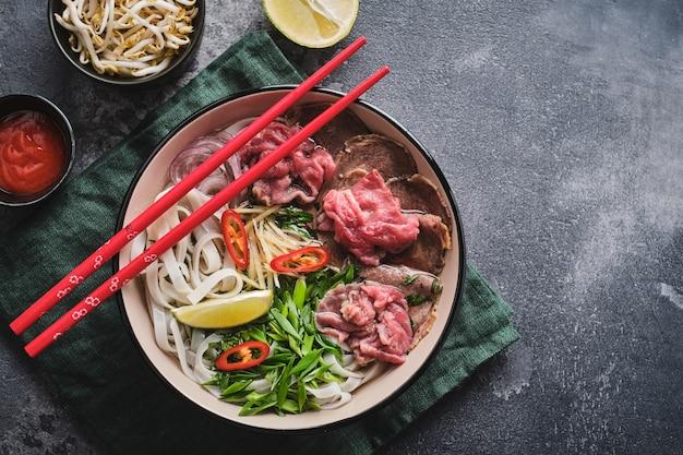 Vue de dessus hot pot traditionnel vietnamien avec espace copie