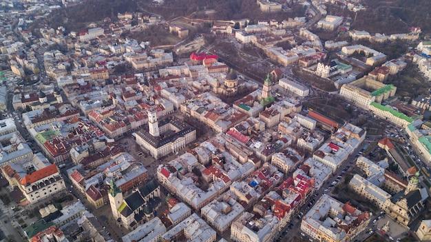 Vue de dessus de l'hôtel de ville sur les maisons à lviv, ukraine. la vieille ville de lviv d'en haut.