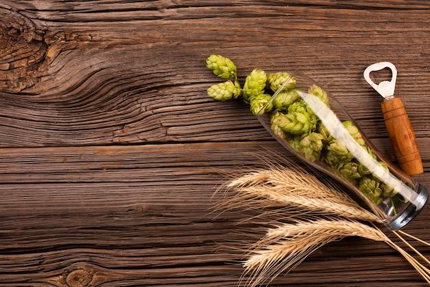 Vue de dessus houblon frais dans un verre à bière