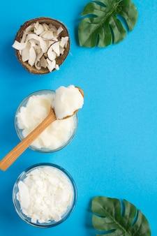 Vue de dessus de l'huile de noix de coco, chips de noix de coco et flocons de noix de coco