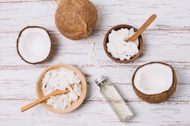 Vue de dessus huile de noix de coco dans des bols