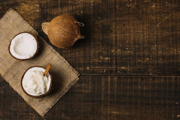 Vue de dessus huile de noix de coco avec noix et copie-espace