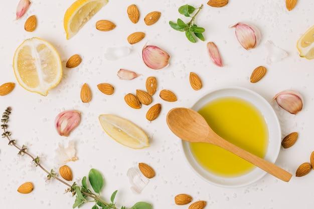 Vue de dessus de l'huile d'olive avec des ingrédients de cuisine