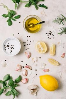 Vue de dessus huile d'olive avec des ingrédients de cuisine