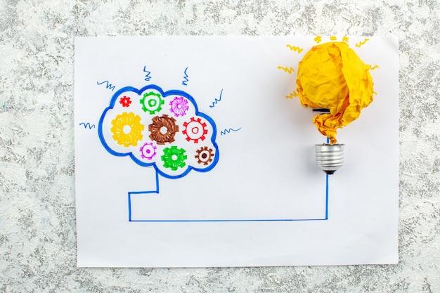 Vue de dessus idée ampoule et brainstorming sur papier sur table